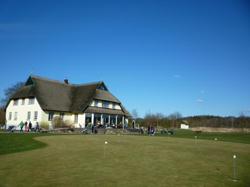 Golfzentrum Rügen Schloss Karnitz - Clubhaus mit Sommerterasse und Blick auf die Anlage
